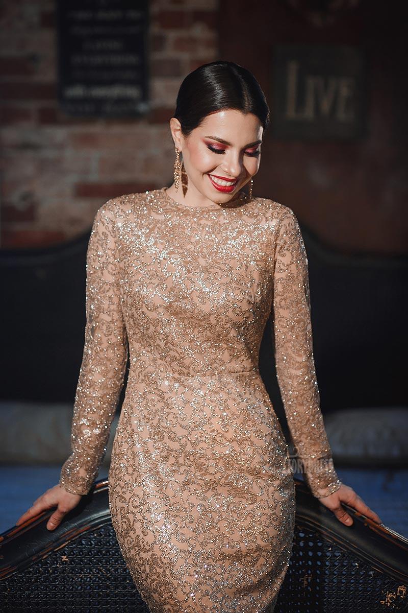 Золотое платье с длинными рукавами аренда
