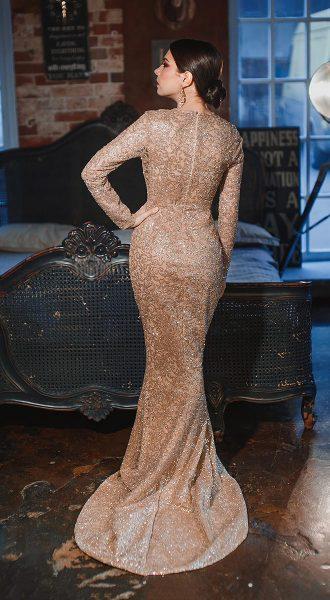 Золотое блестящее платье с длинными рукавами
