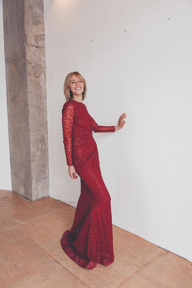 Красное закрытое платье с длинными рукавами на прокат