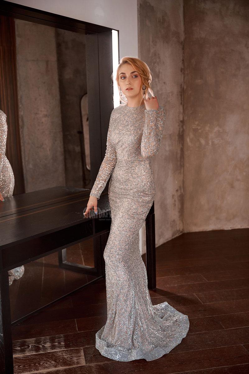 Вечернее платье-рыбка со шлейфом сдержанного серебряного оттенка