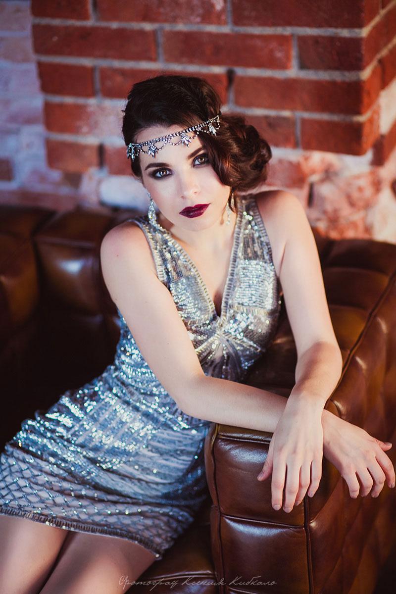 Фотосессия в коктейльном платье серебряного цвета
