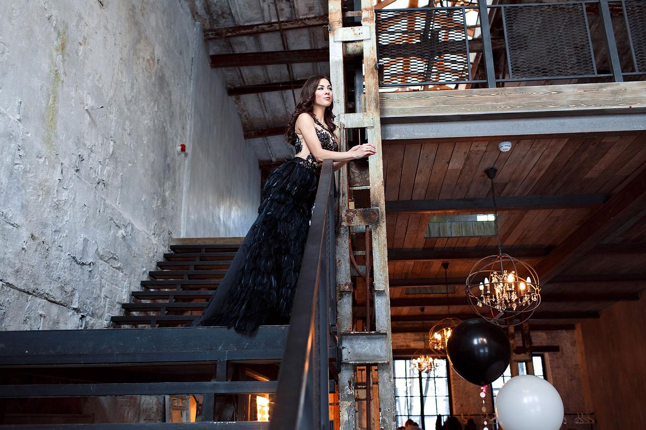 Чёрное платье с перьями и шлейфом