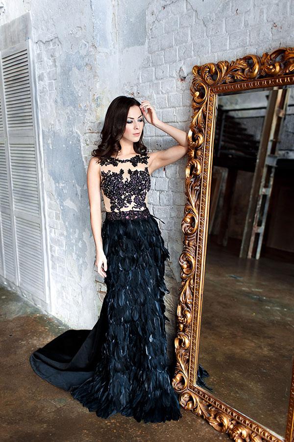 Черное платье с перьями в готическом стиле