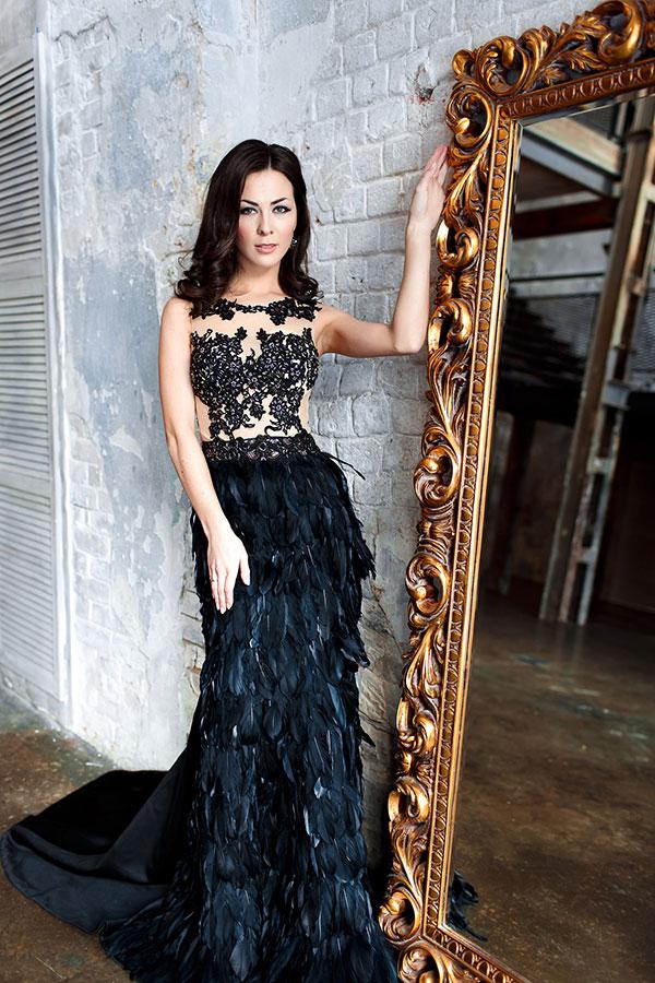 Чёрное платье с перьями на юбке