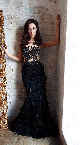 Чёрное платье с перьями