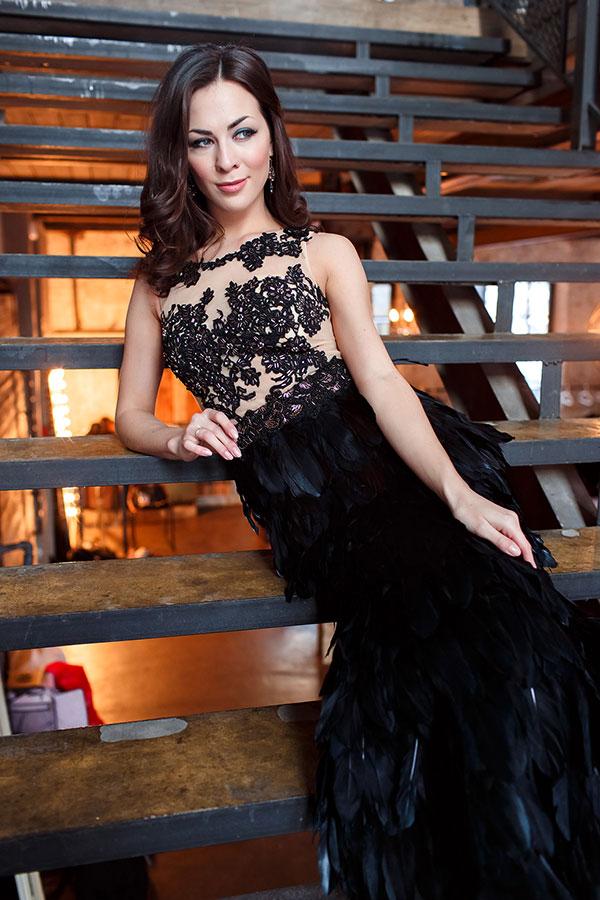 Черное платье с перьями и шлейфом