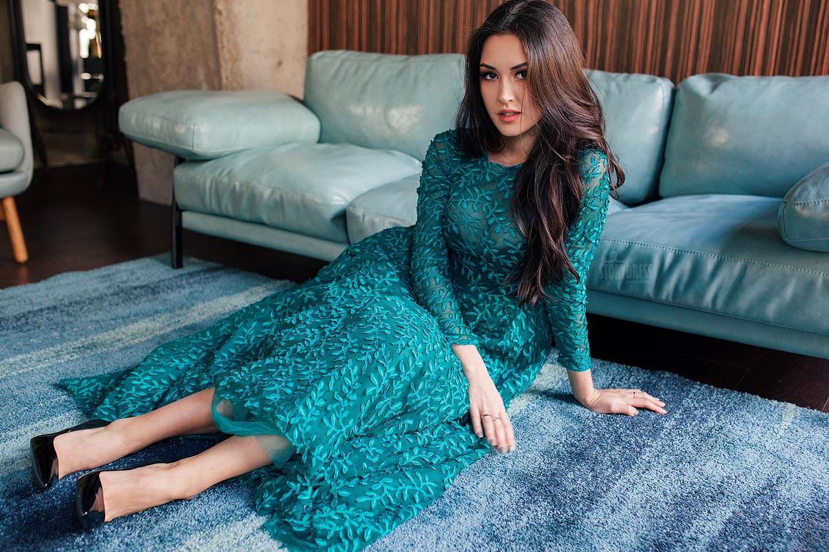 Платье в пол из легкой полупрозрачной ткани