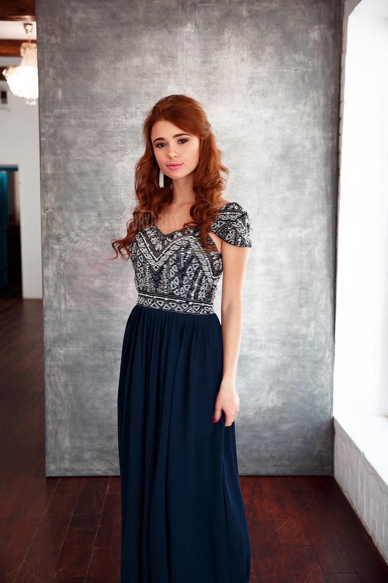 Платье с темно-синей юбкой