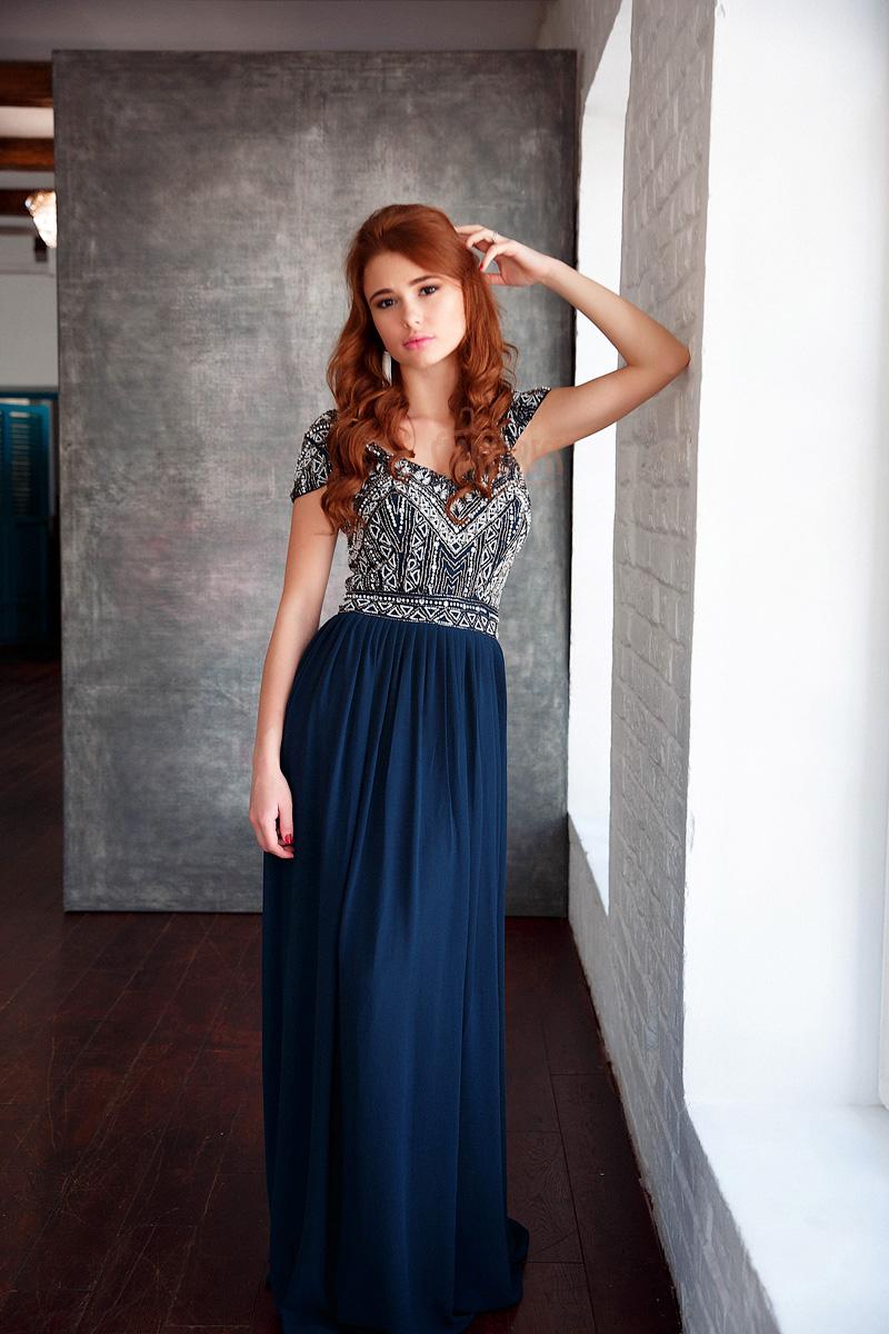 Синее платье с эклектической вышивкой