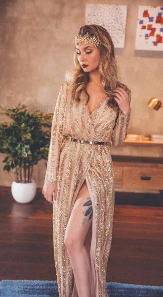 Платье из золотистой ткани с чередующимися полосами