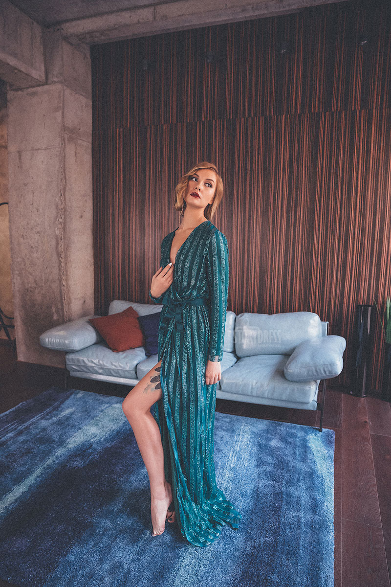 Зеленое вечернее платье с запахом, по типу халата