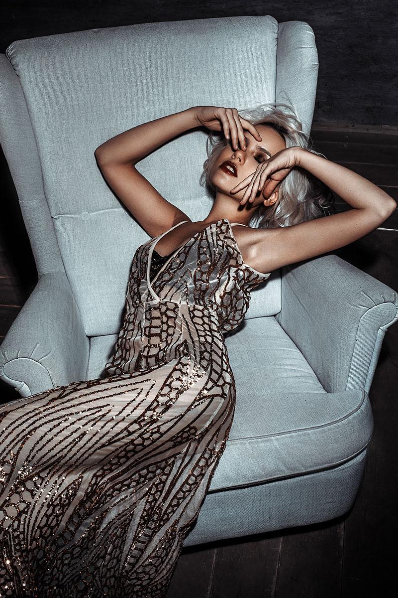 Платье из прозрачной ткани с золотыми пайетками