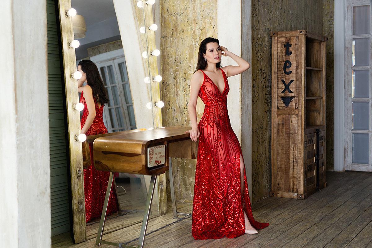 Красное платье из прозрачной сетки с узором