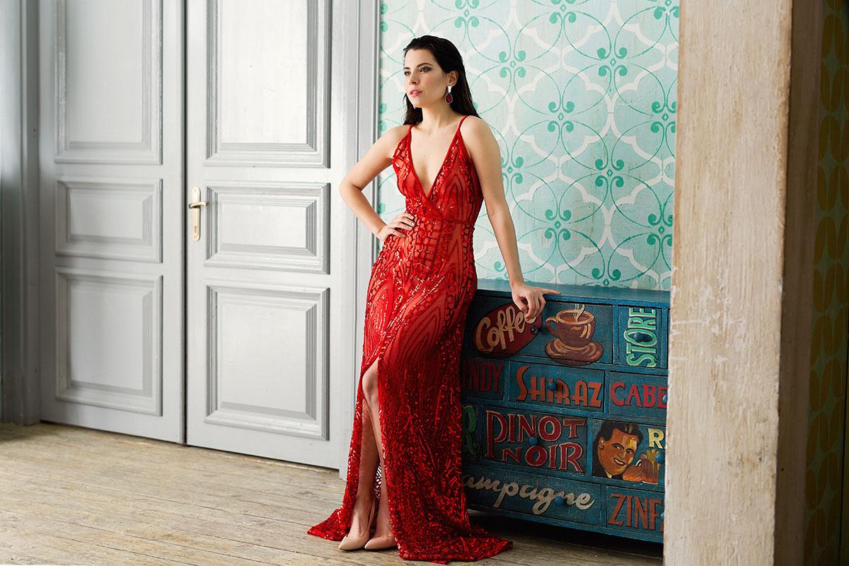 Прозрачное сооблазнительное платье алого цвета.