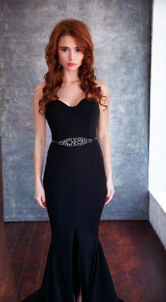 Черное платье с юбкой-карандаш переходящей в шлейф