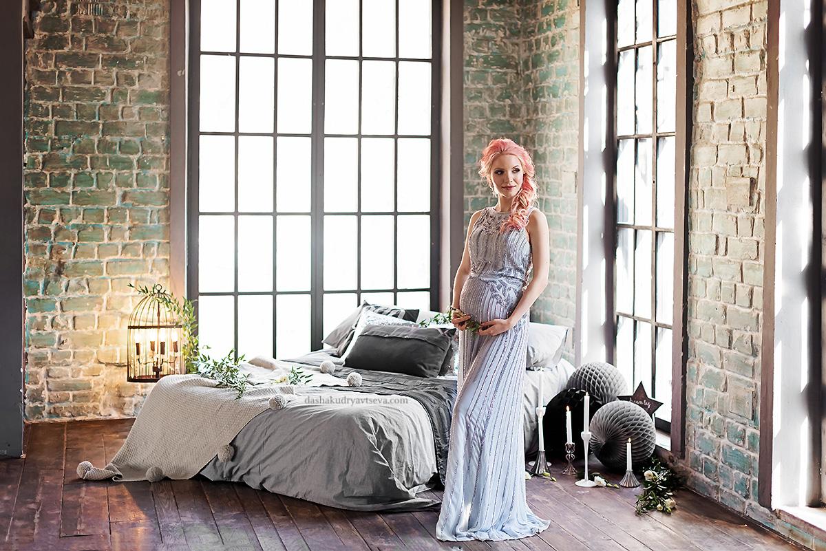 Фотосессия беременной в длинном платье нежного цвета пастельная аква