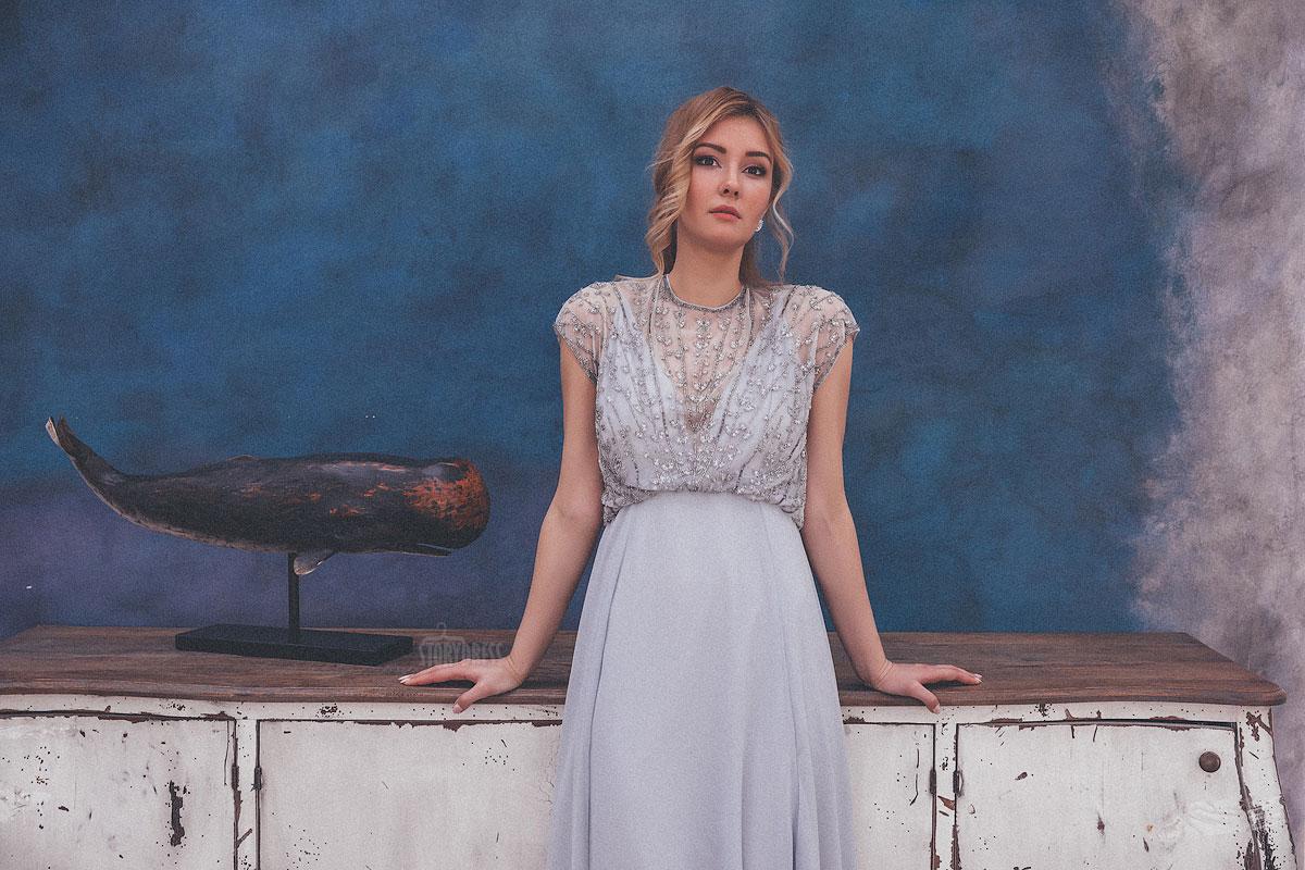 Вечернее платье из легкой ткани цвета небесной дымки