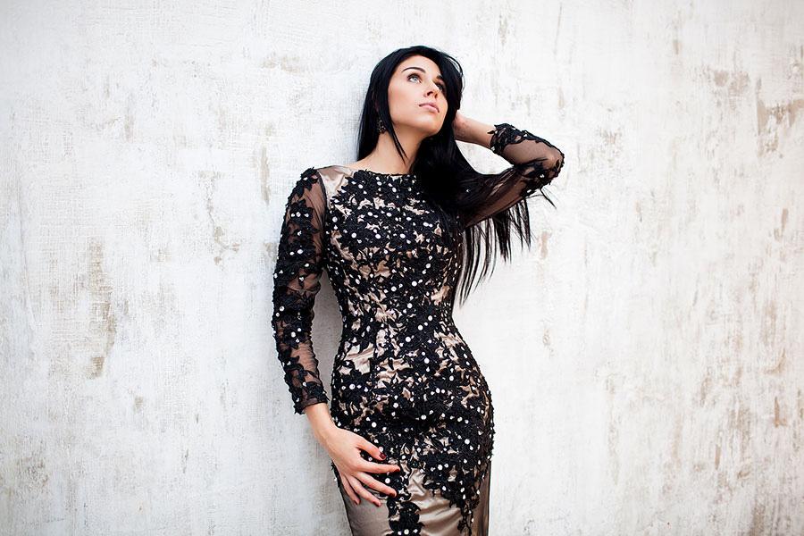Вечернее платье с вышивкой в аренду