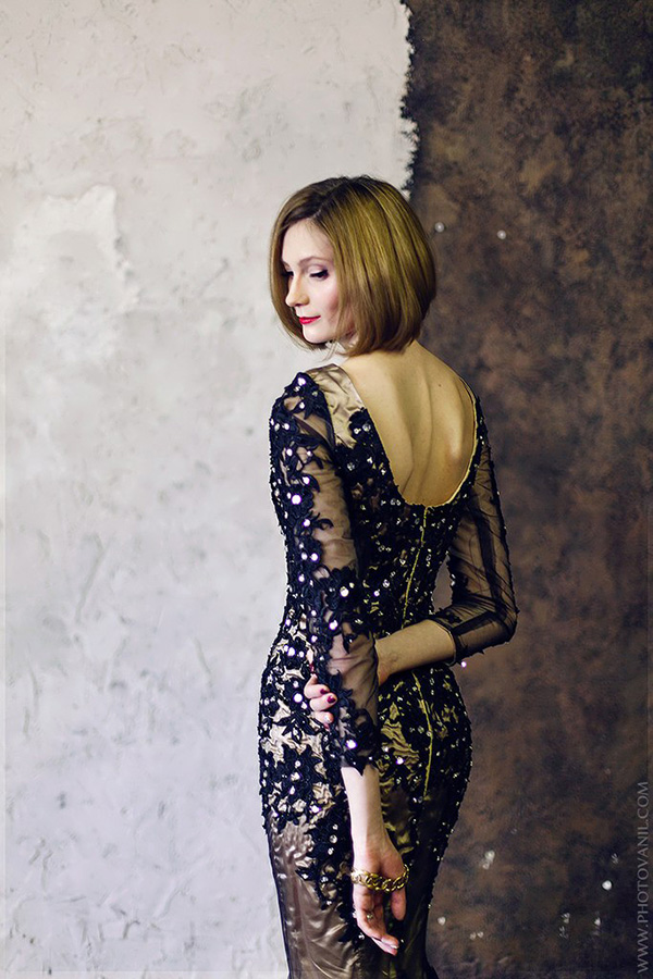 Фотосессия девушки в вечернем платье со стразами