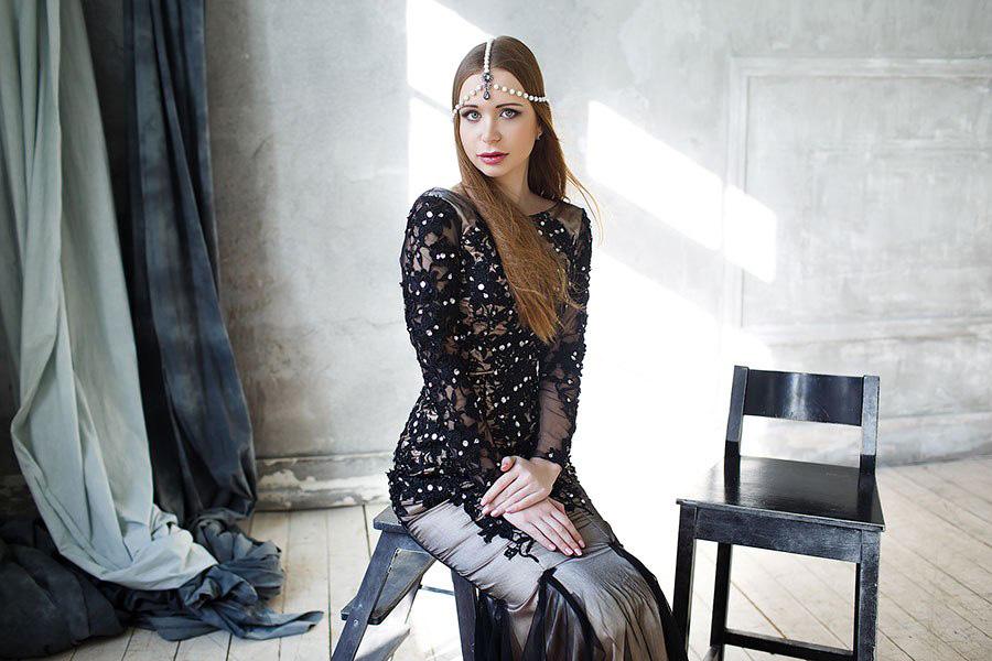 Студийная фотосессия в черном платье силуэта русалка
