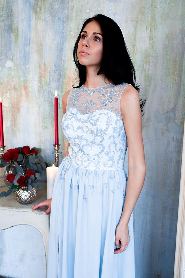 Небесно-голубое платье расшитое бисером