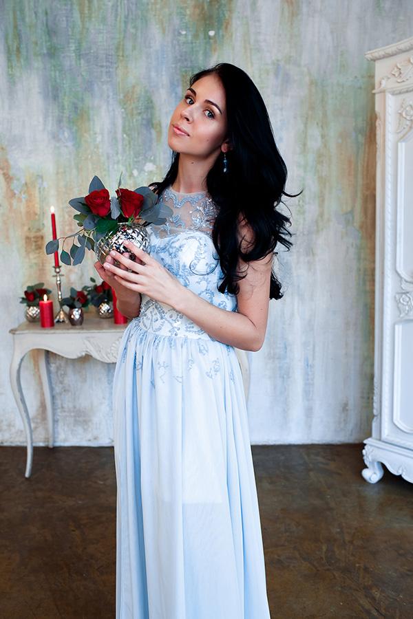 Длинное платье голубого цвета и элегантного дизайна