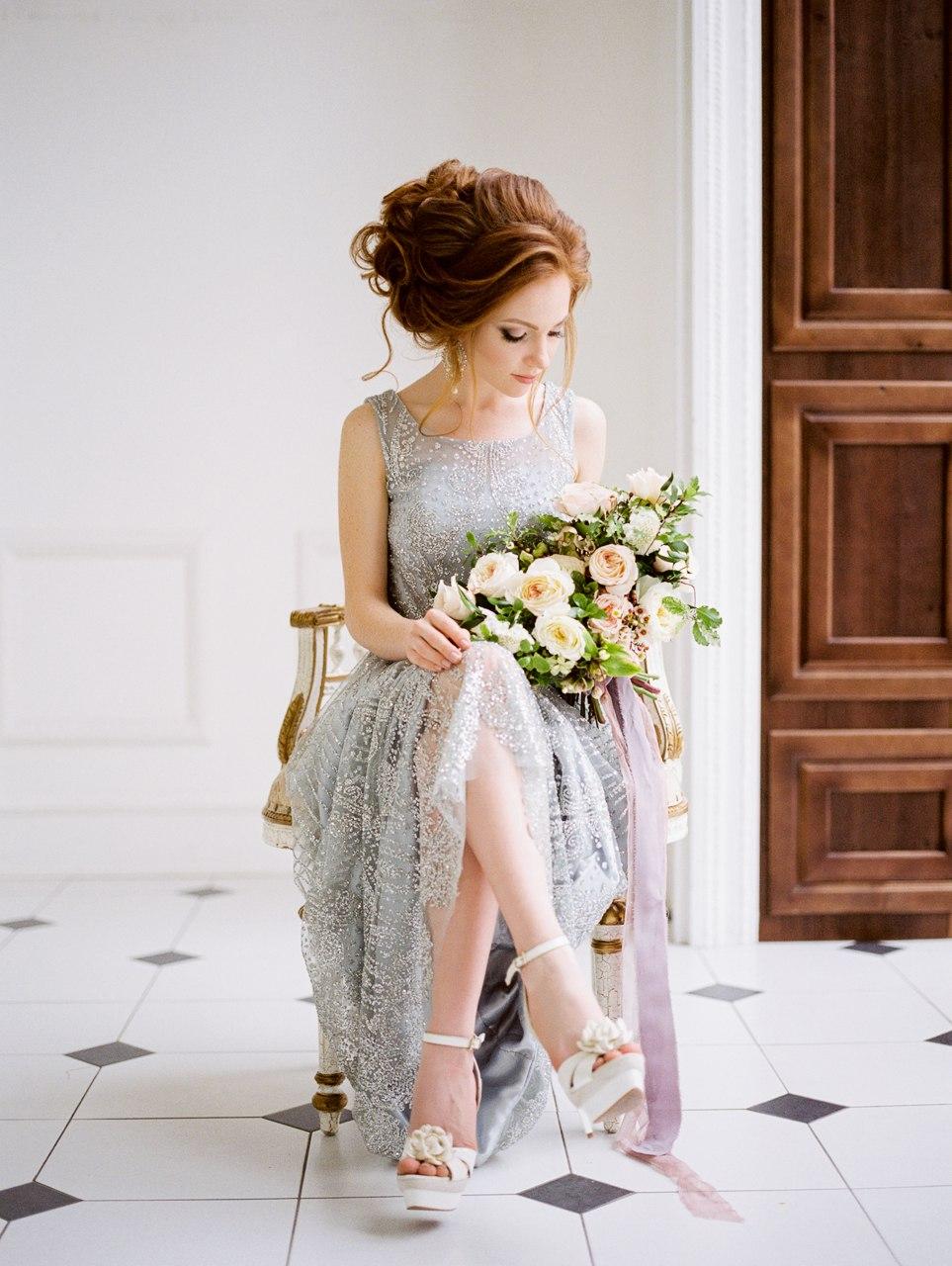 Серебряное платье в пол из прозрачной ажурной ткани