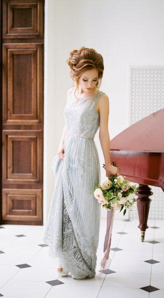 Пепельно-серое платье с обильным декором