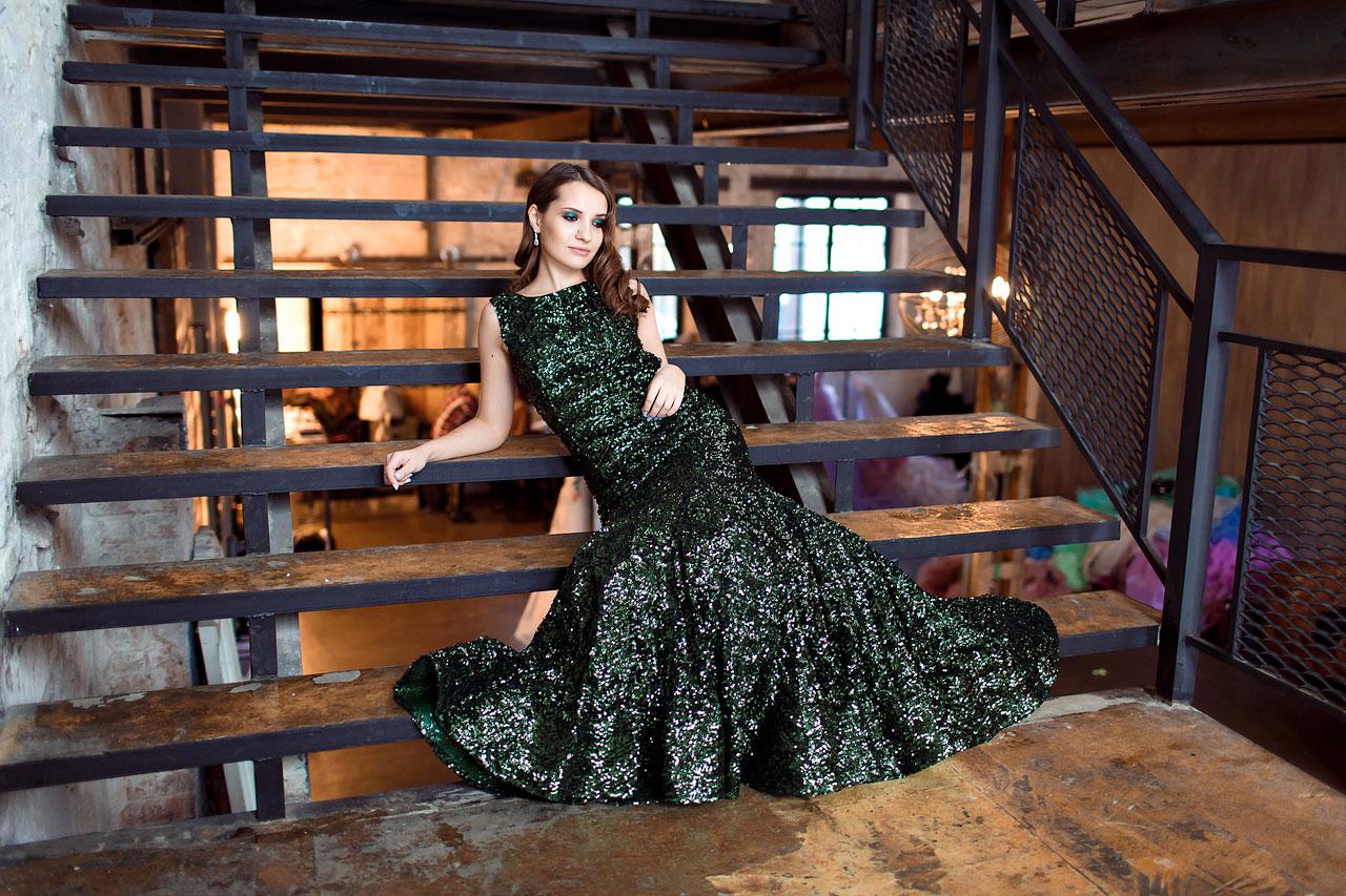 Блестящее платье бутылочно-зеленого цвета