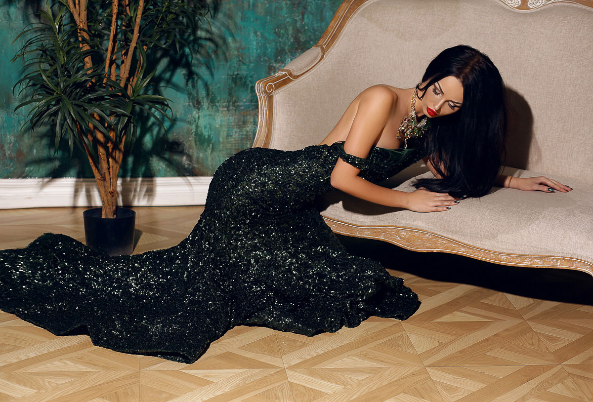 Вечернее платье с открытой спиной для фото
