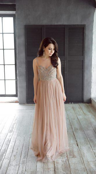 Платье с легкой и воздушной юбкой