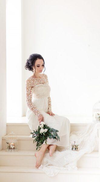 Невеста в платье сливочного цвета