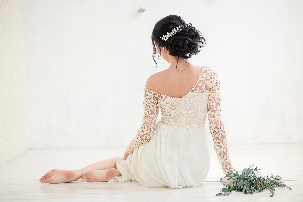 Платье с кружевом цвета айвори