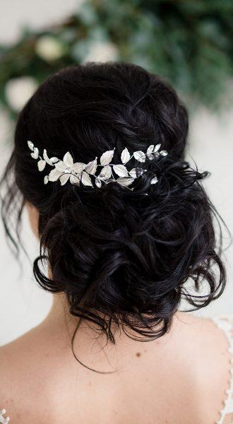 Невеста с букетом в волосах