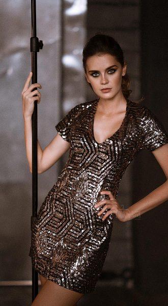 Клубное короткое платье облегающего силуэта и лаконичного дизайна