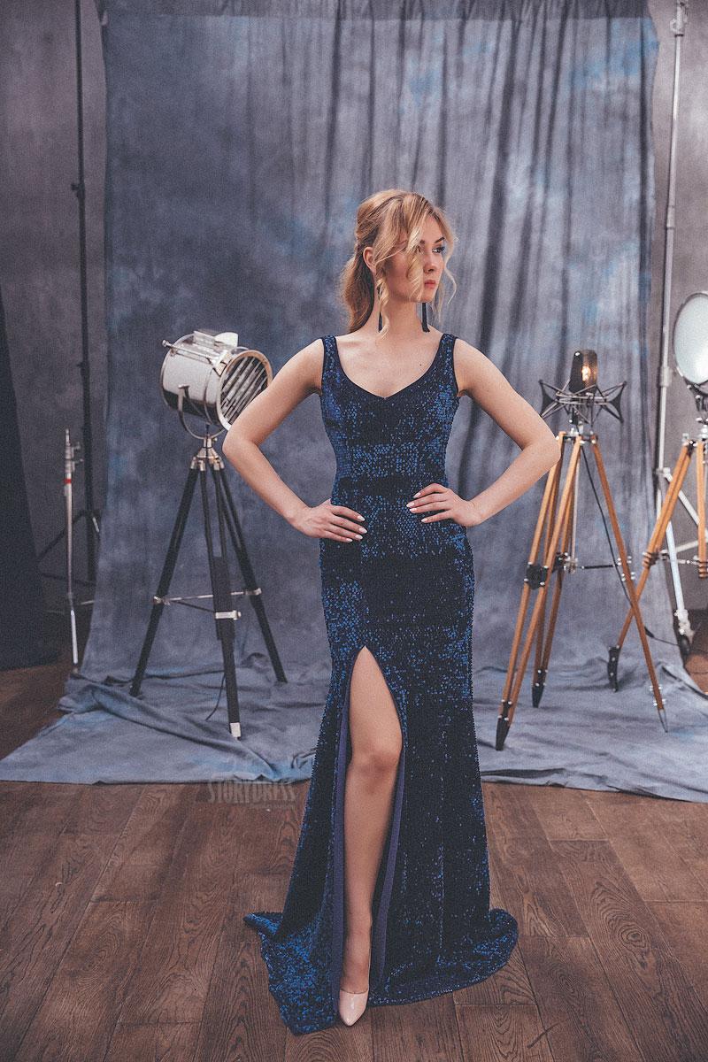 Облегающее вечернее платье насыщенного синего цвета