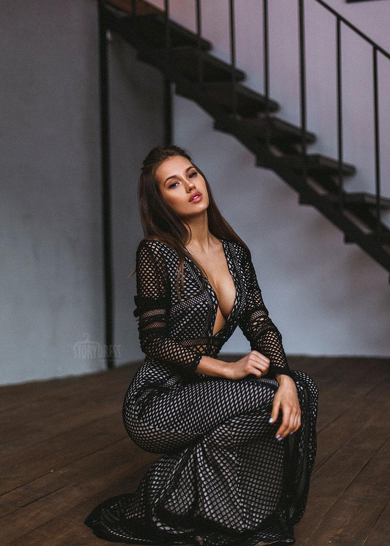 Платье с огромным вырезом декольте