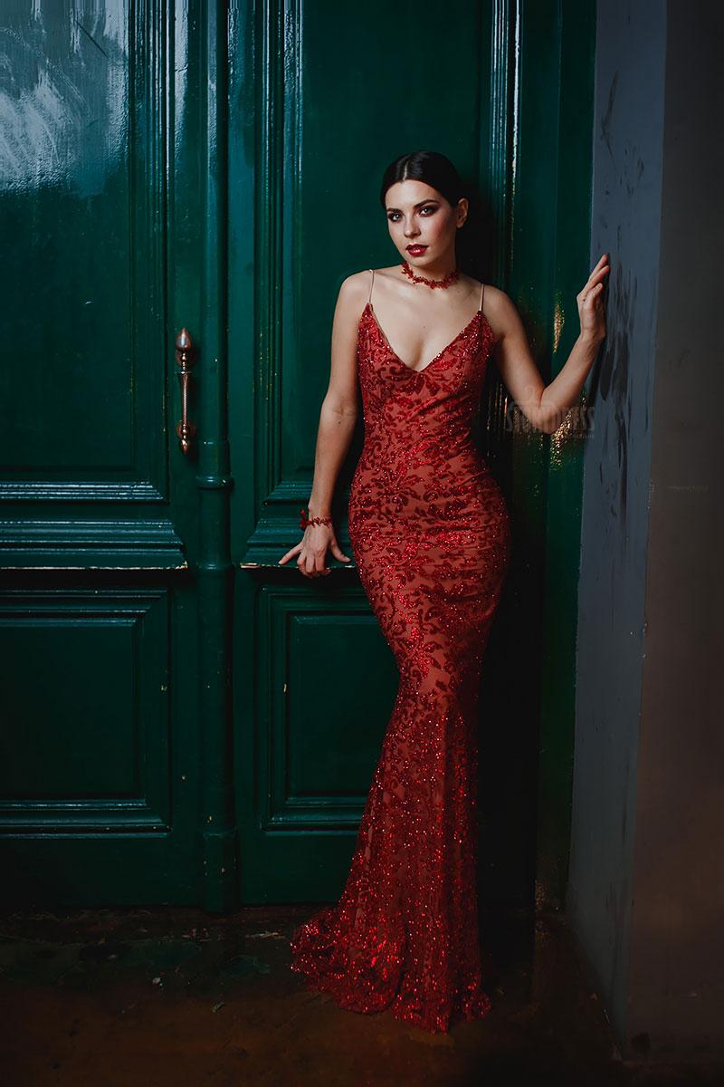 Красное платье с v-образным вырезом аренда