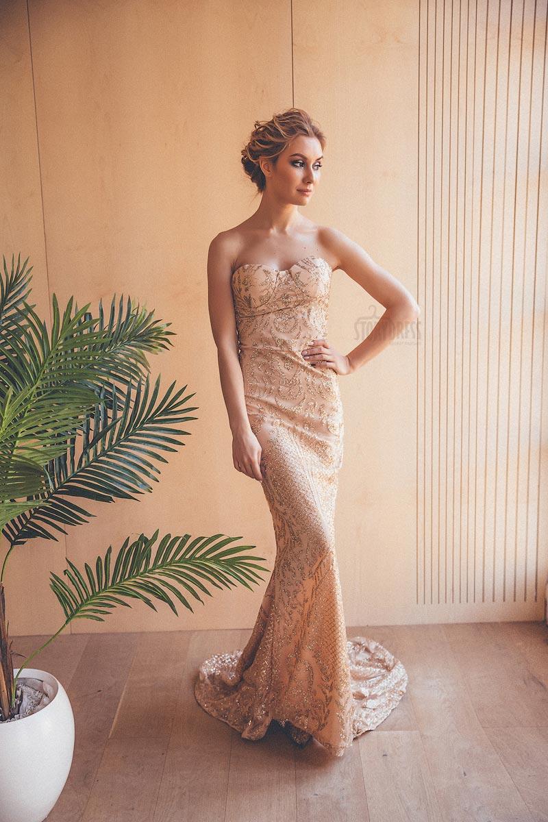 Платье-русалка золотого оттенка со шлейфом