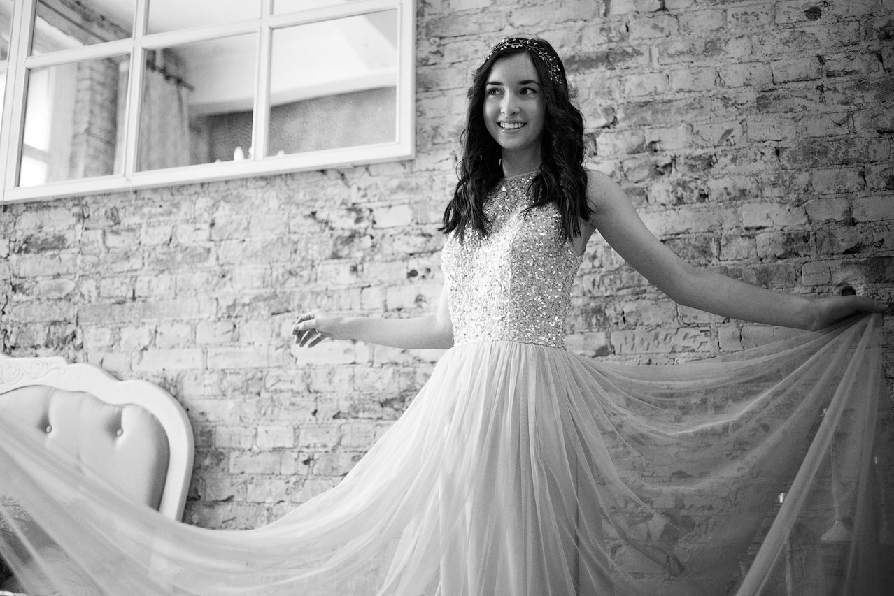 Монохромная фотосессия в блестящем платье