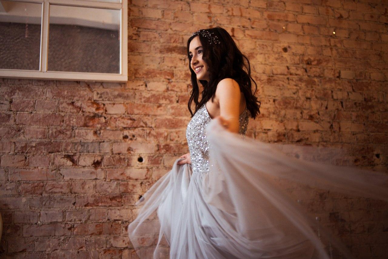 Серое платье с блестящим топом
