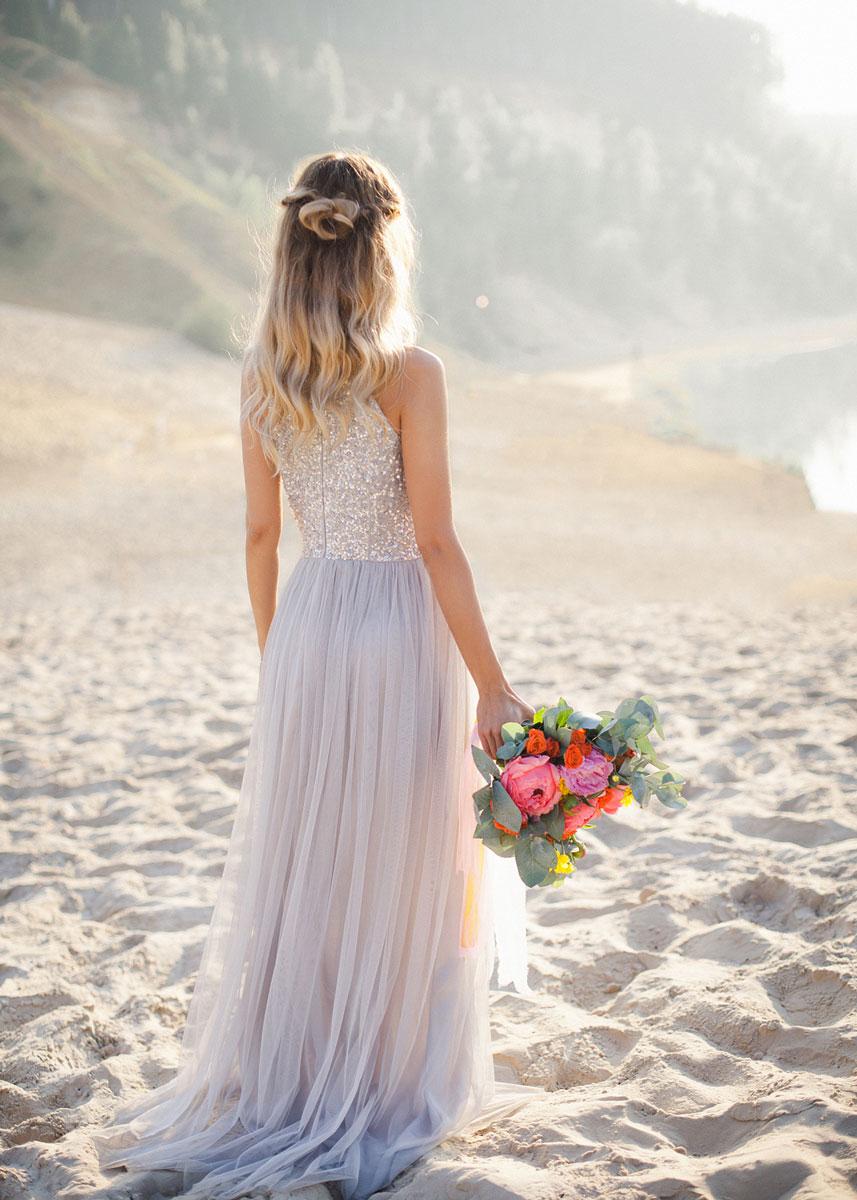 Девушка в модном платье на пляже