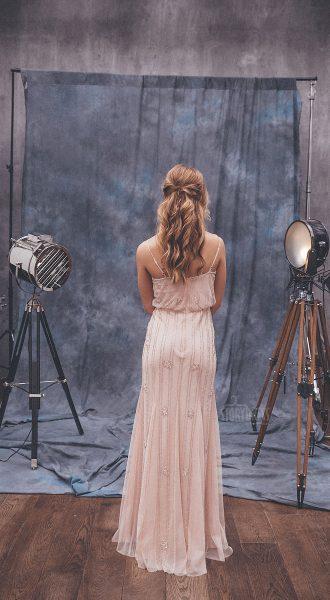 Платье нюдового оттенка с изящной вышивкой