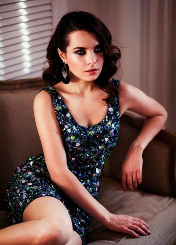 синее вечернее платье с декором