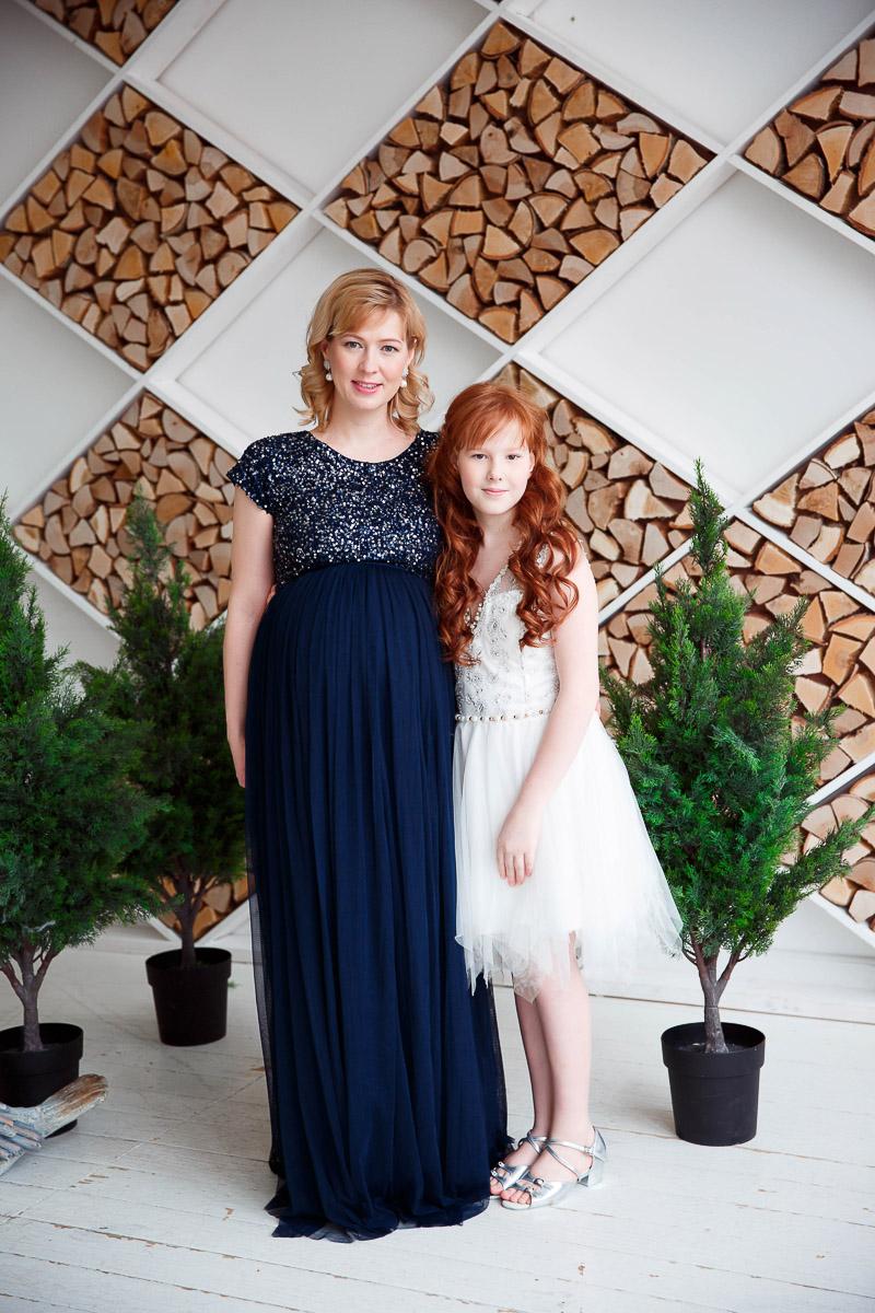Лаконичное платье для мамы в положении
