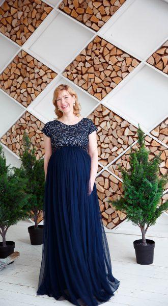 Счастливая беременная в изысканном платье