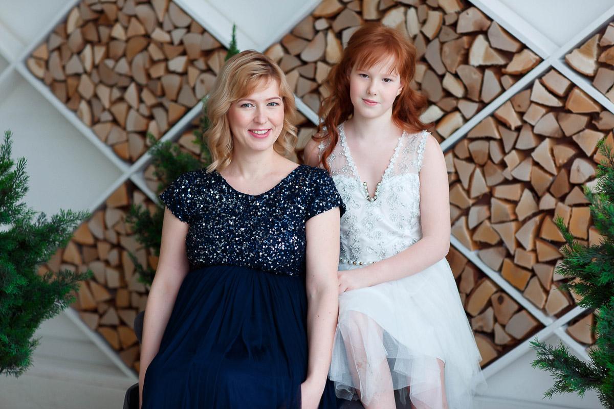Белое платье с юбкой до колена