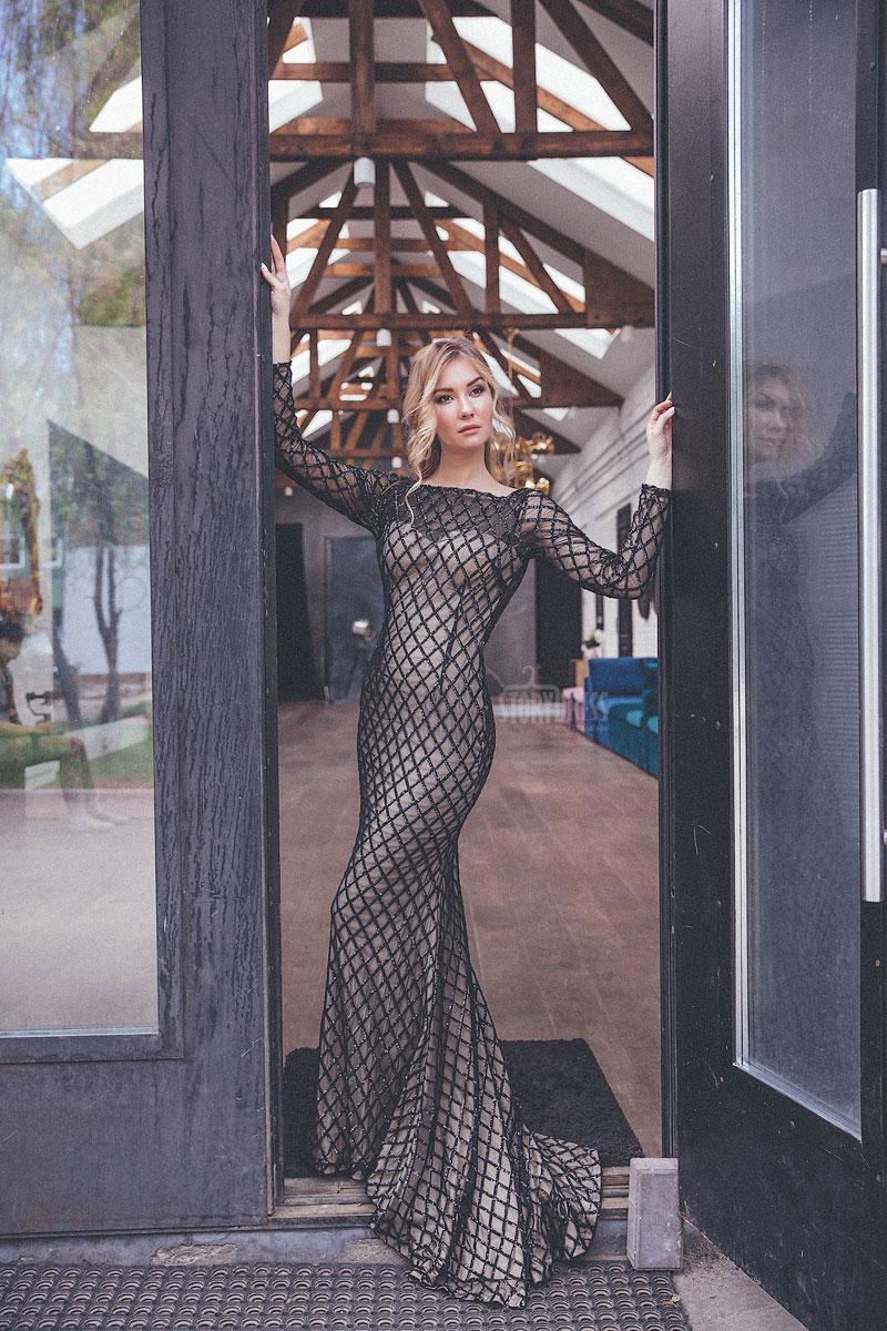 Силуэтное платье-рыбка бежево-черных оттенков