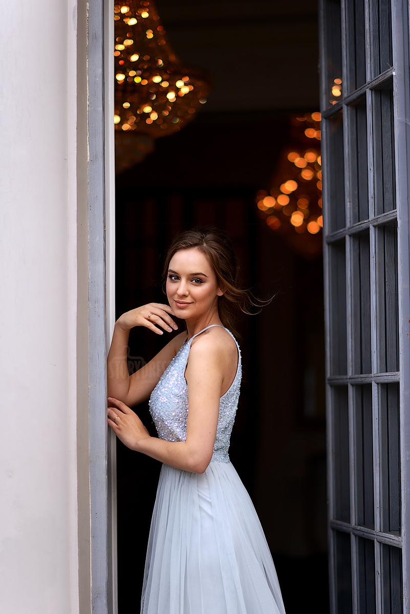 Очаровательное бледно-голубое вечернее платье