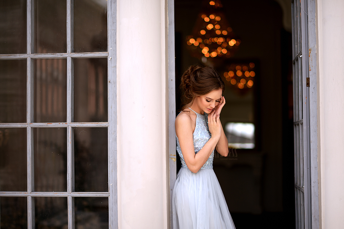 Светлое платье для стройных женщин
